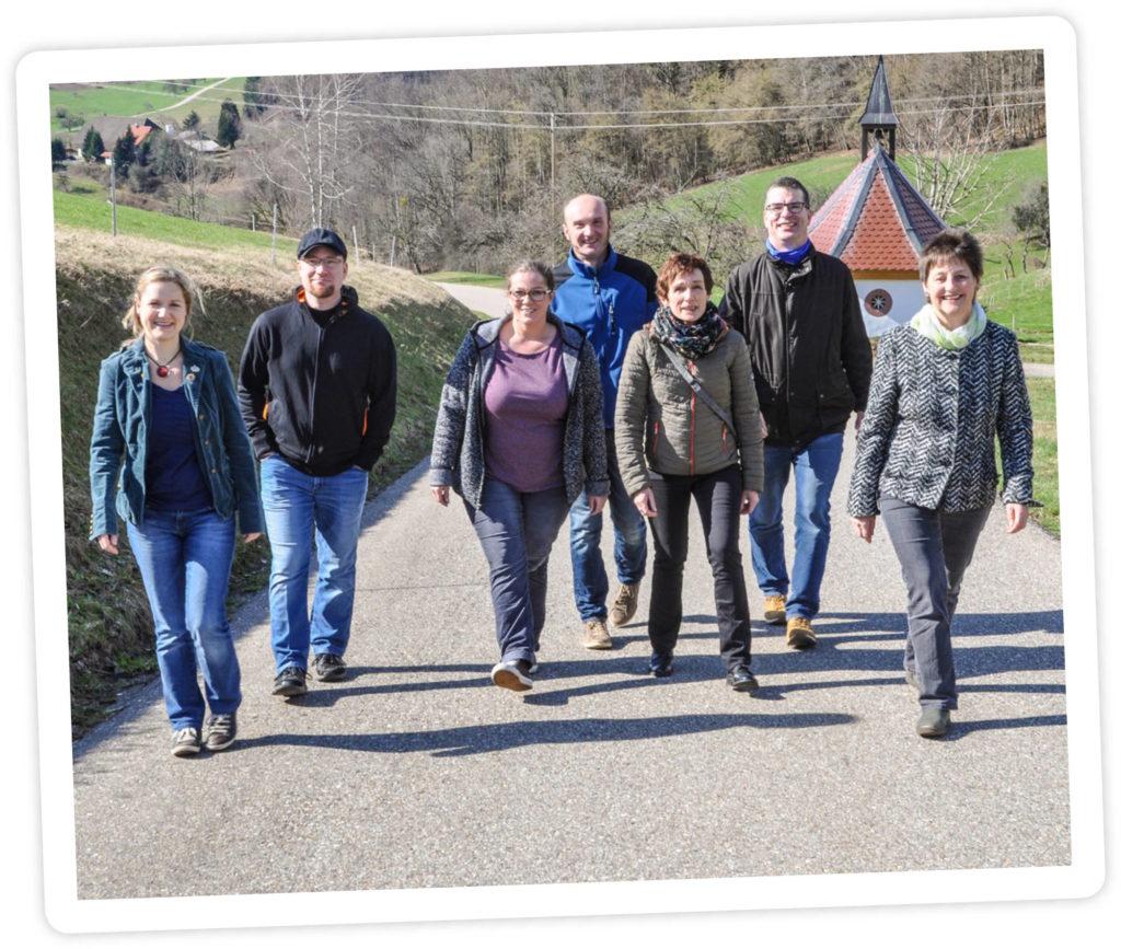 Gruppenbild der Kandidierenden zur kommenden Gemeinderatswahl 2019, wie sie in Oberspitzenbach über die Felder spazieren.