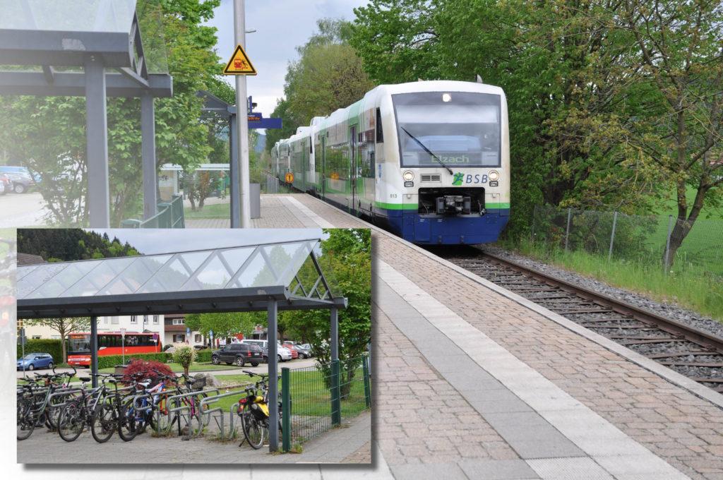 Im Hauptfoto ist die in den Bleibacher Bahnhof einfahrende Breisgau-S-Bahn zu sehen, während im linken unteren Teil ein kleineres Foto die Fahrradabstellmöglichenkeiten, den Park & Ride-Platz und einen Bus zeigt.